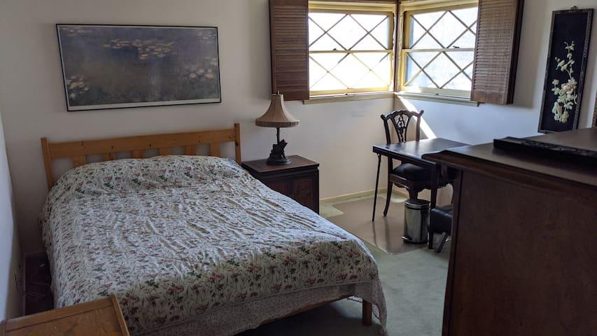 Nice cozy room in Arcadia, great wifi.