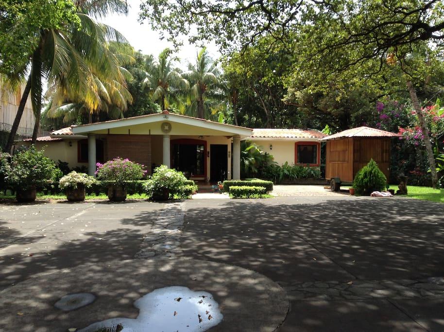 El frente de la casa con amplio parqueo,