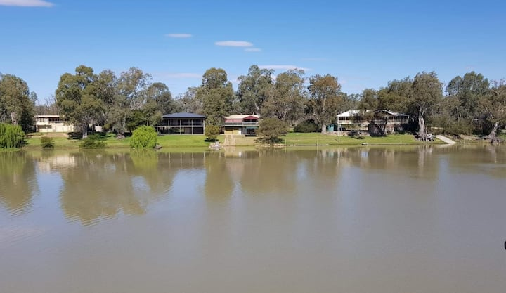 'Retro on the River' on the Murray at Morgan