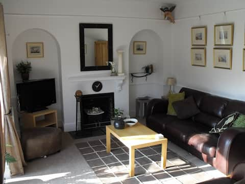 2 bed cottage - private parking & garden