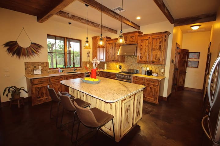 Fully, beautifully appointed chef's kitchen
