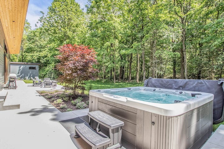 Modern getaway in a quiet setting w/ private hot tub & outdoor shower!