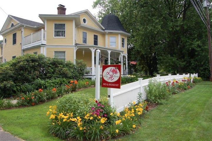 Lily House Bed and Breakfast - Suffield - Bed & Breakfast