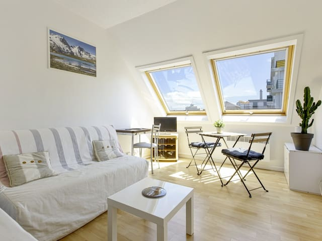 Bright and large studio 2** with parking at the heart of Biarritz - Welkeys