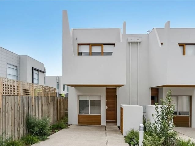 2BD Newtown Townhouse- private and comfortable