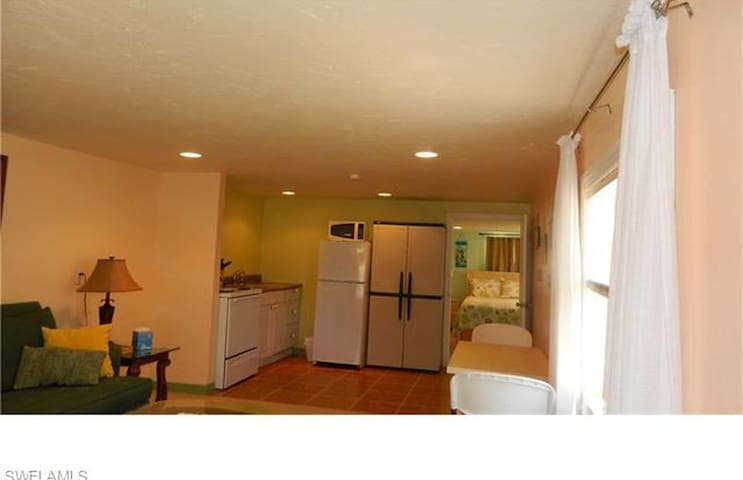 """Beachy""stay at a GREAT LOCATION in Times Square - Fort Myers Beach - Apartment"