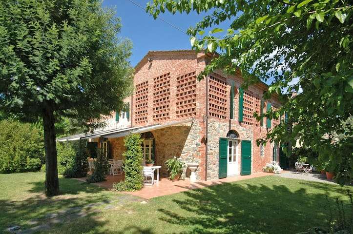 Villa Fontine, sleeps 12 guests in Orentano - Castelfranco di sotto