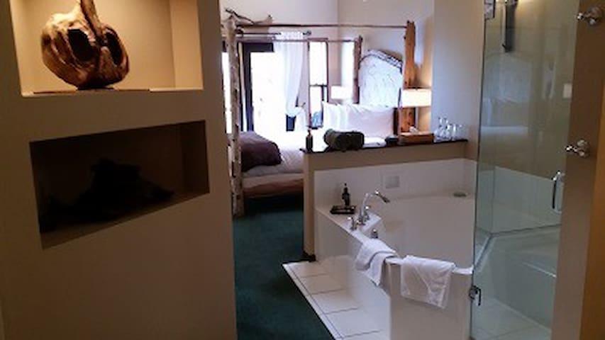 Best Ocean View - Bear Room, Queen Bed