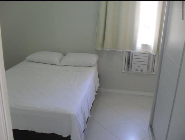 Quarto com cama de casal, ar condicionado