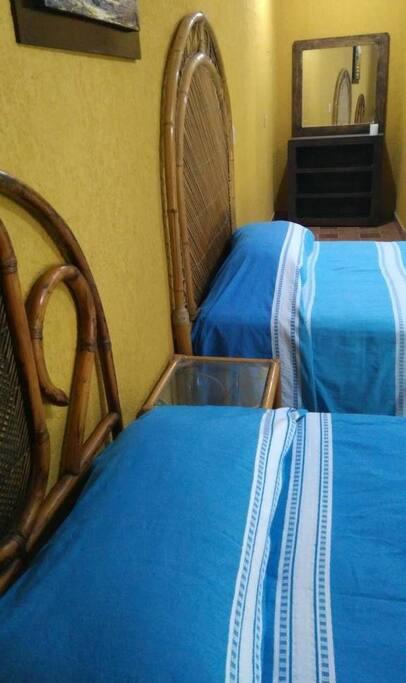 Habitación #2 doble con 2 camas matrimoniales para 4 personas, estacionamiento y wifi