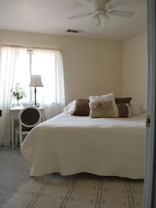 Dreamy & Cozy Cal King Bedroom 3 miles from Bethel - Redding - Townhouse