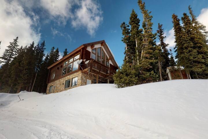 Spacious, newly-remodeled apartment w/ mtn. views, near hiking, fishing & skiing