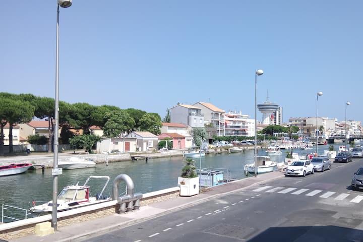 T2 rénové, vue canal, clim, parking sécurisé.