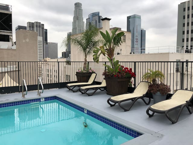 Comfy King Condo in DTLA Rooftop Pool/Jacuzzi/Gym