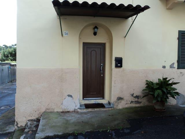 Piccola casetta in zona tranquilla a 10' dal mare - Livorno - Lägenhet