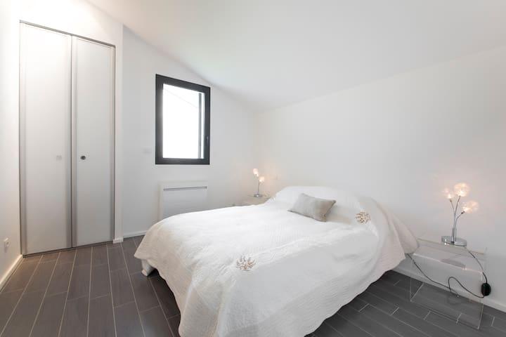 Des chambres aux teintes douces et disposant d'une literie neuve et de qualité