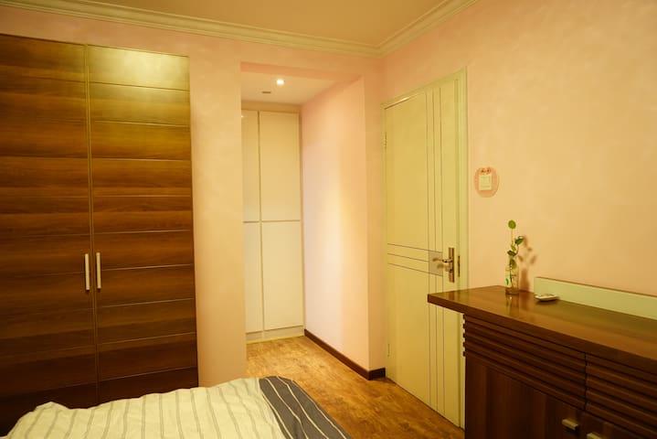 带有卫生间的温馨独立卧室套间,步行到地铁站5分钟,左侧紧邻繁华商圈CBD,右侧靠近中关村软件园 - Peking - Haus