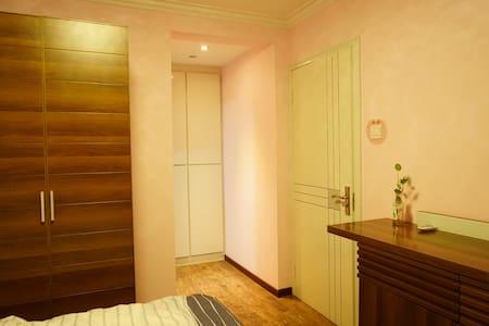 带有卫生间的温馨卧室,步行到地铁站5分钟,紧邻繁华商圈CBD以及IT软件园 - Beijing