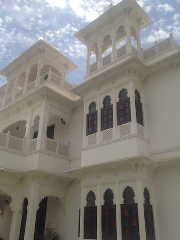 The Royal Executive Suite - Udaipur - Villa