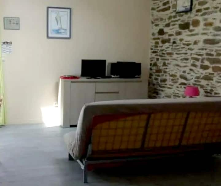 Studio in Hirel, with enclosed garden and WiFi - 10 km from the beach