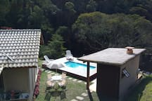 Vista de cima do terreno para a piscina.
