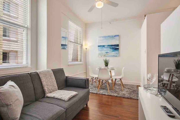 **45% OFF**1 Block from Bourbon/PRIME Downtown Pad/Sleeps 4