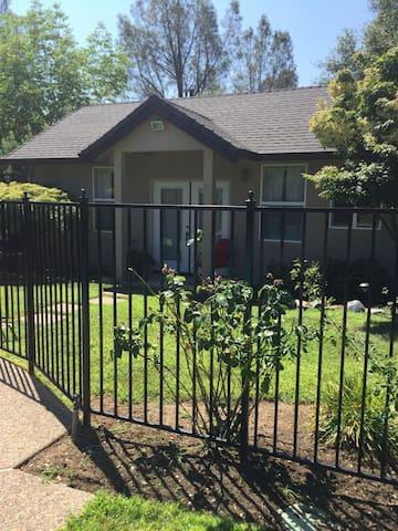 Quiet Backyard Cottage