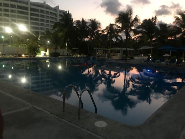 Piscina de la casa club, con bar incluido y piscina para niños.