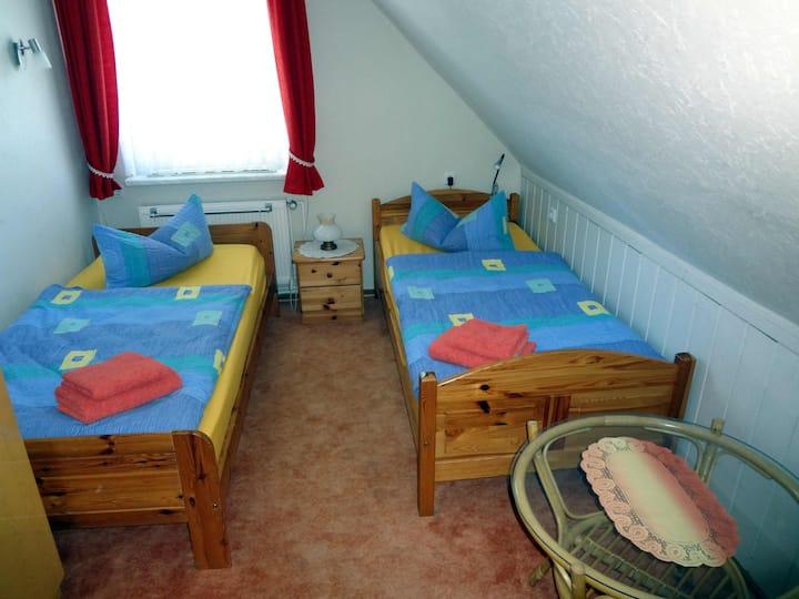 Gemütliches Zweibettzimmer.