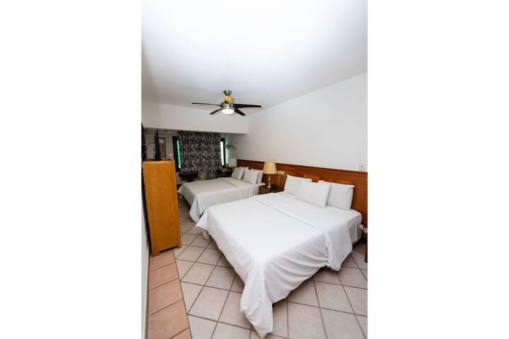 Apartamento amplo em condomínio em hotel em frente ao mar na praia da Enseada com serviços de hotel