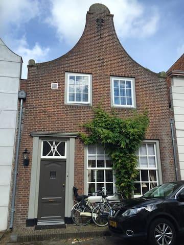 Sfeervol, karakteristiek huis in de Vesting! - Heusden - House
