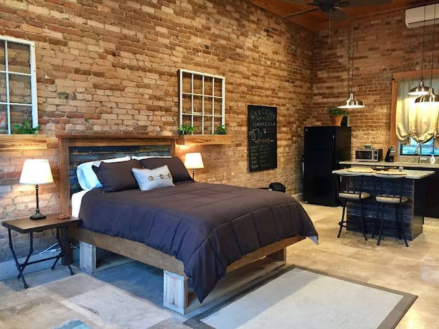 Remodeled Downtown Loft - Downstairs - Pensacola - Loft
