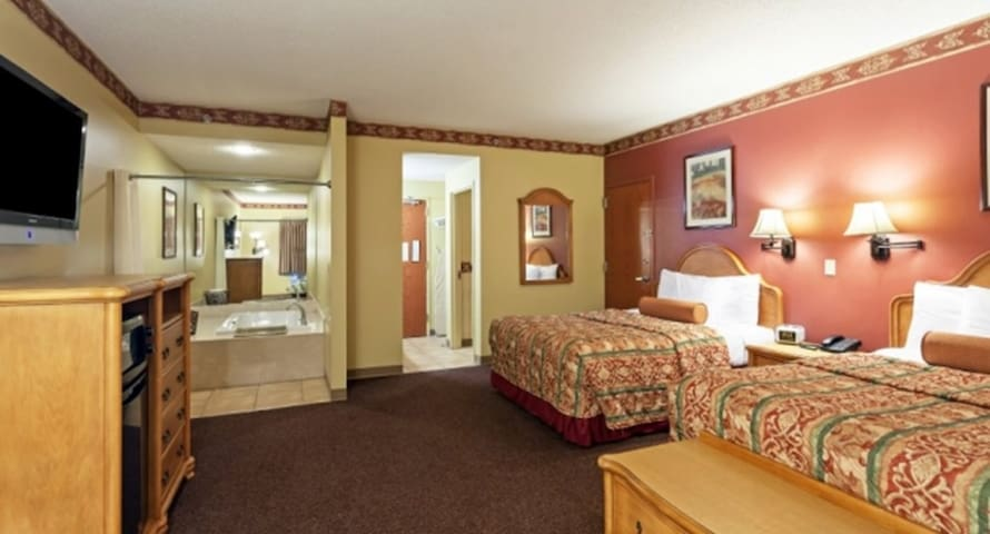 Family Owned Hotel, 2 Queen Suite @ Country Hearth - Edwardsville - Autre