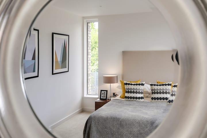 Light modern home by High Barnet tube