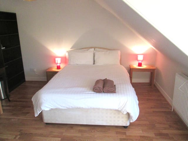 Large bedroom in Colony Flat