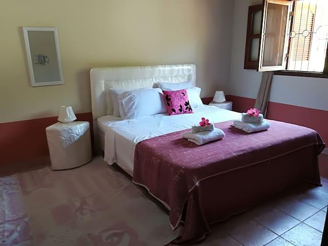 Dormitorio principal con baño privado y cama queen size - Villa Evaristo