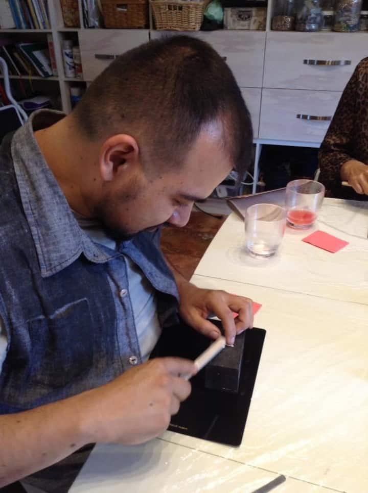 Estudiante elaborando su pieza
