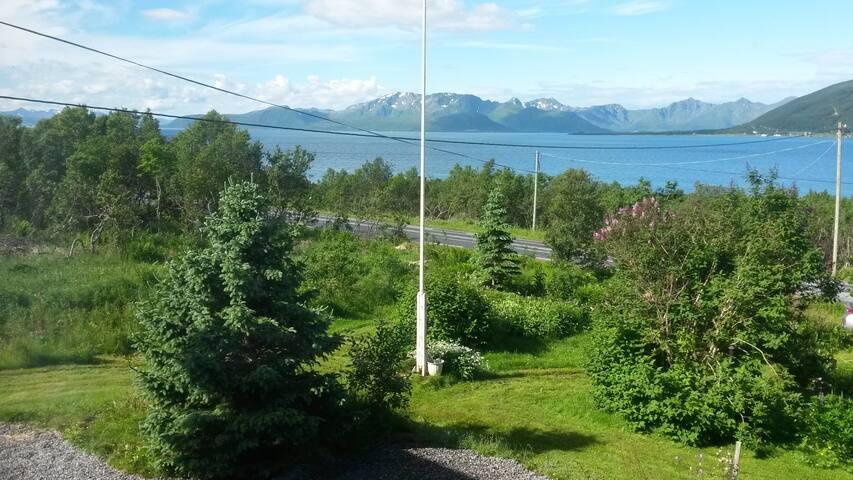 Wundervoller Blick auf Fjord und Berge