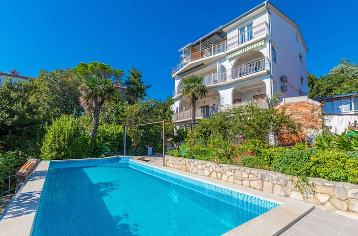 Studio apartment with pool, close to the sea