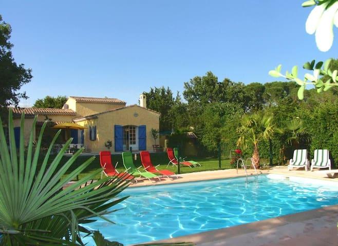 Chalet, piscine, jardin clôturé, loc longue durée.