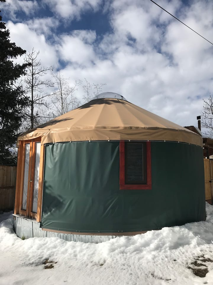 Cozy Yurt near town, skiing and trails