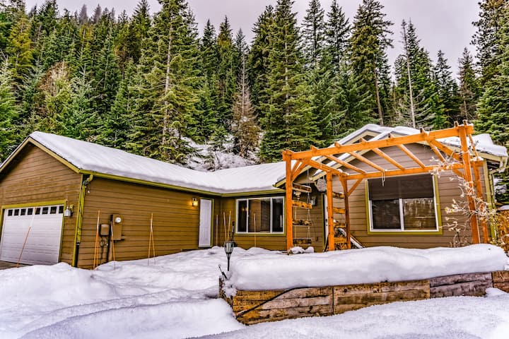 Kahler Glen Home w/ Great Mountain Views, Steps to Golf/Skiing/Hiking, 2 Dogs OK