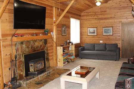 3 Bedroom Cabin, 20 miles to Yellowstone, WIFI