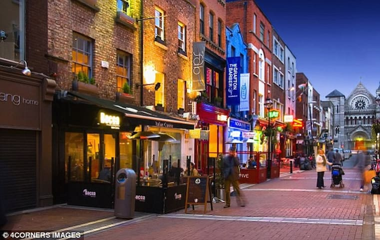 Temple Bar street scene - 15 minute walk