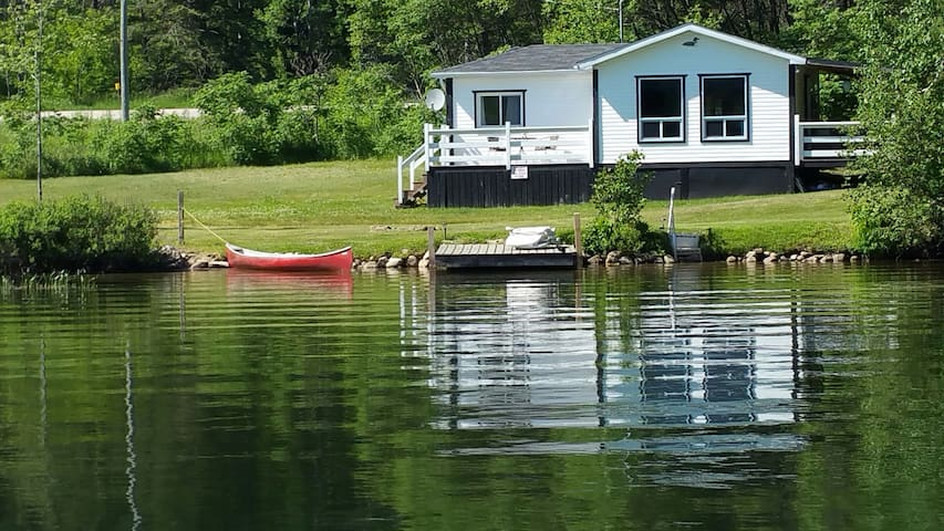 Lakefront Cottage...your cozy getaway on the lake!