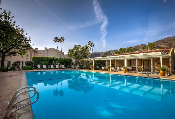 Modern 3BR Malibu Condo, Pool, Ocean Views, Minutes to Beaches