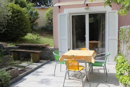 Studio with outdoor patio in Zusterna