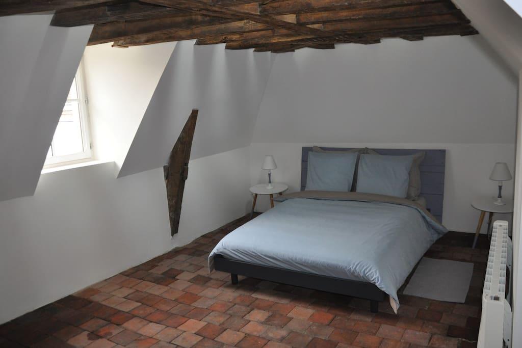 La chambre de La Tour est équipée d'un lit 140x190, d'un téléviseur écran plat et d'un accès WiFi.