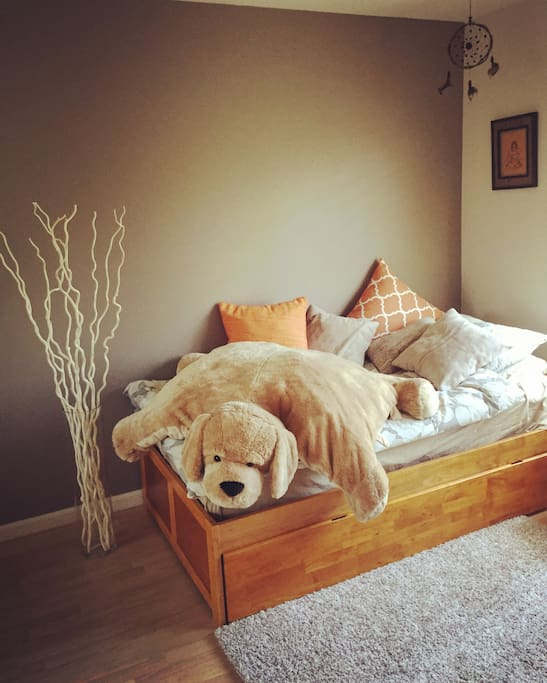 Guest room with twin trundle and pull-out bed