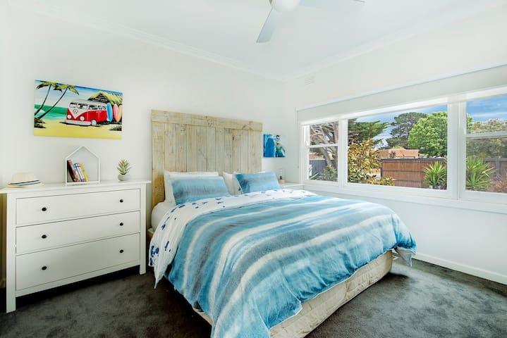 2nd bedroom 1x king